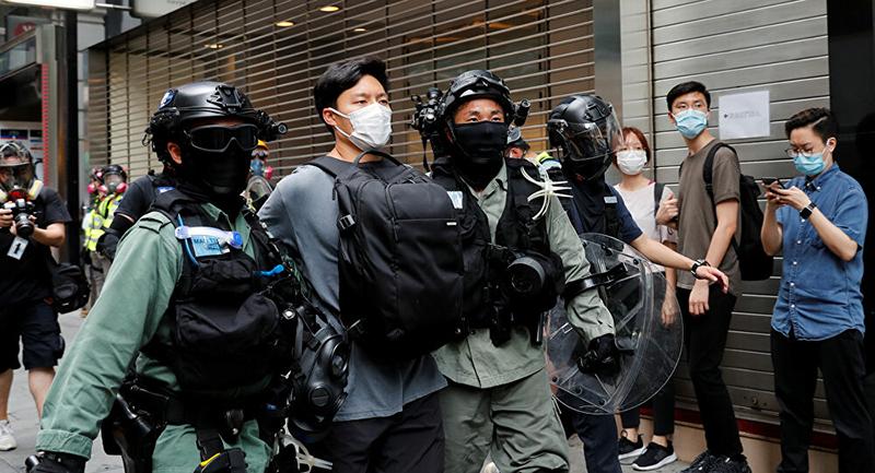 Cảnh sát chống bạo động bắt giữ một người biểu tình phản đối Luật an ning quốc gia tại Hong Kong ngày 27/5.