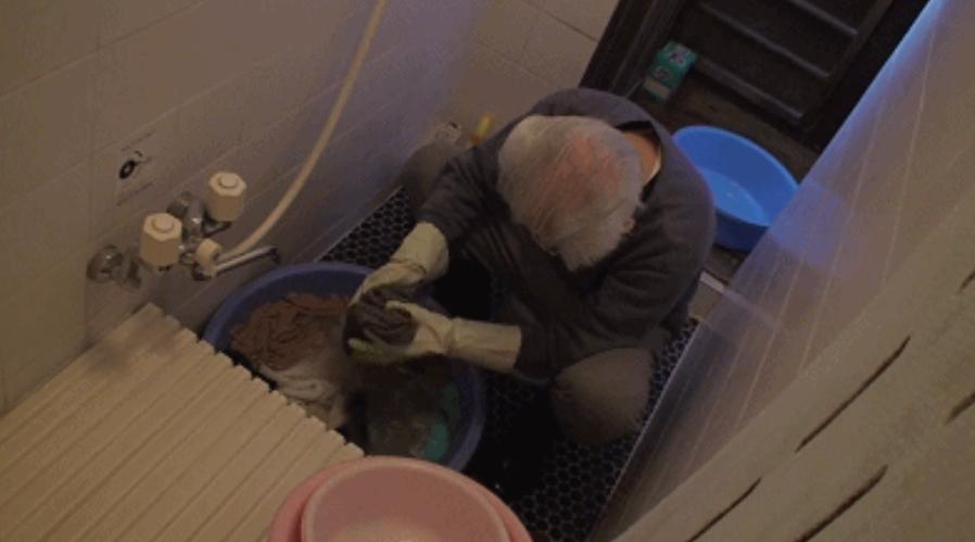 ba Naoko là người đã đứng ra gánh vác mọi thứ trong nhà và chăm sóc cho vợ.