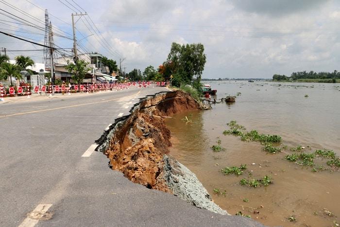 An Giang: Quốc lộ sạt lở nghiêm trọng, khẩn cấp sơ tán người dân - Ảnh 1