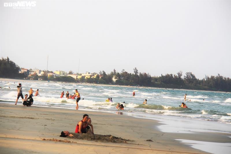 Thanh Hóa, Nghệ An, Quảng Ngãi mở cửa bãi biển trở lại; Vũng Tàu vẫn cấm - Ảnh 2