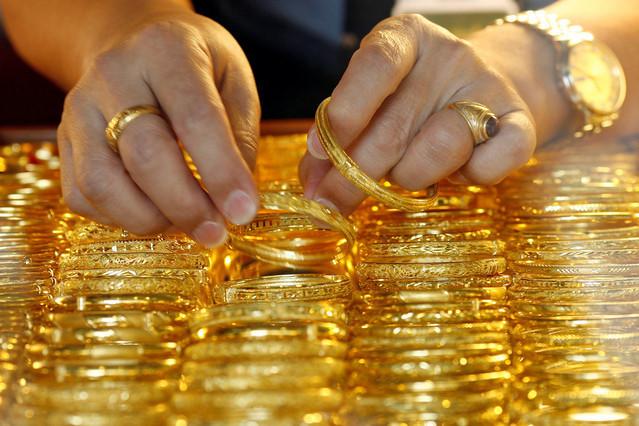 Giá vàng tiếp tục giảm, vàng trong nước cao hơn thế giới 470.000 đồng/lượng - Ảnh 1
