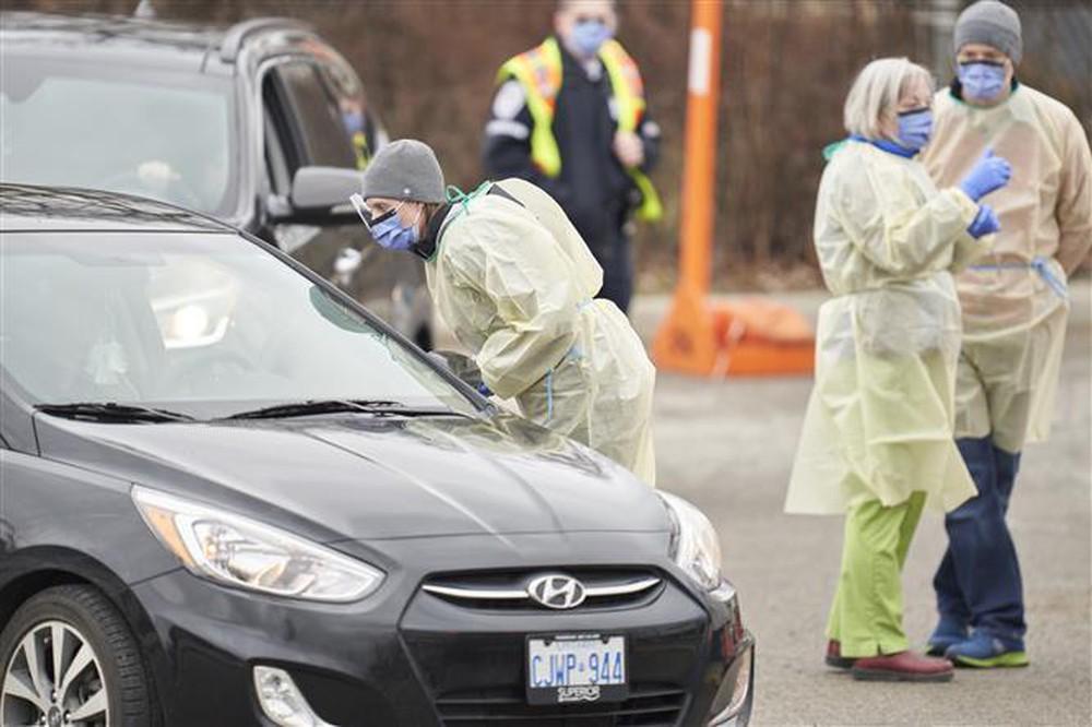 Nhân viên y tế làm việc tại một trạm xét nghiệm COVID-19 tại Canada. (Ảnh qua AFP)