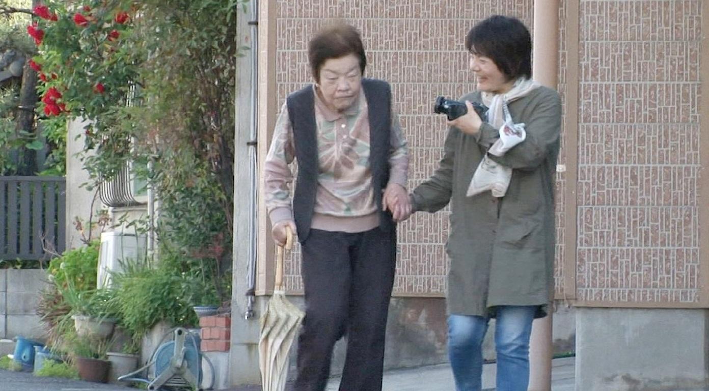 Naoko cùng mẹ đi dạo.