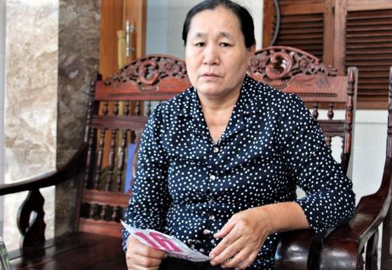 Bà Vân kể việc cán bộ xã Thạch Kim phá huyệt mộ gia đình. (Ảnh qua Zing)