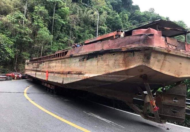 Chiếc thuyền gây ách tắc giao thông tại đèo Bảo Lộc. (Ảnh qua thanhnien)