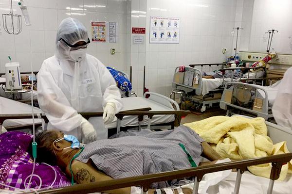 Một bệnh nhân nhiễm virus Vũ Hán đang được điều trị tại BV Bệnh nhiệt đới Trung Ương. (Ảnh qua vietnamnet)