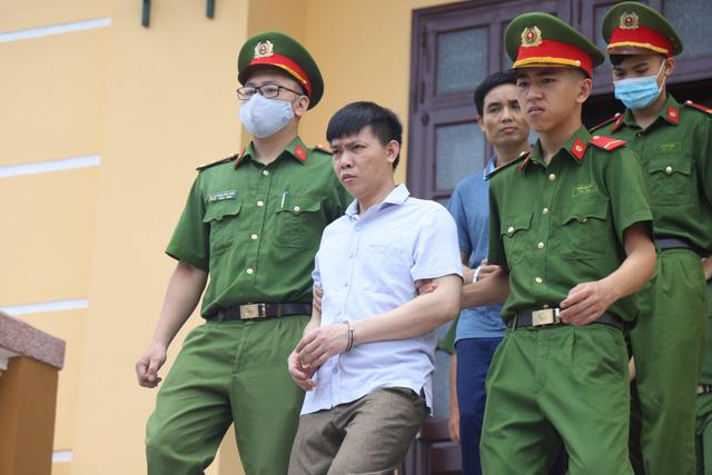 Bị cáo Đỗ Mạnh Tuấn rời tòa. (Ảnh qua tuoitre)