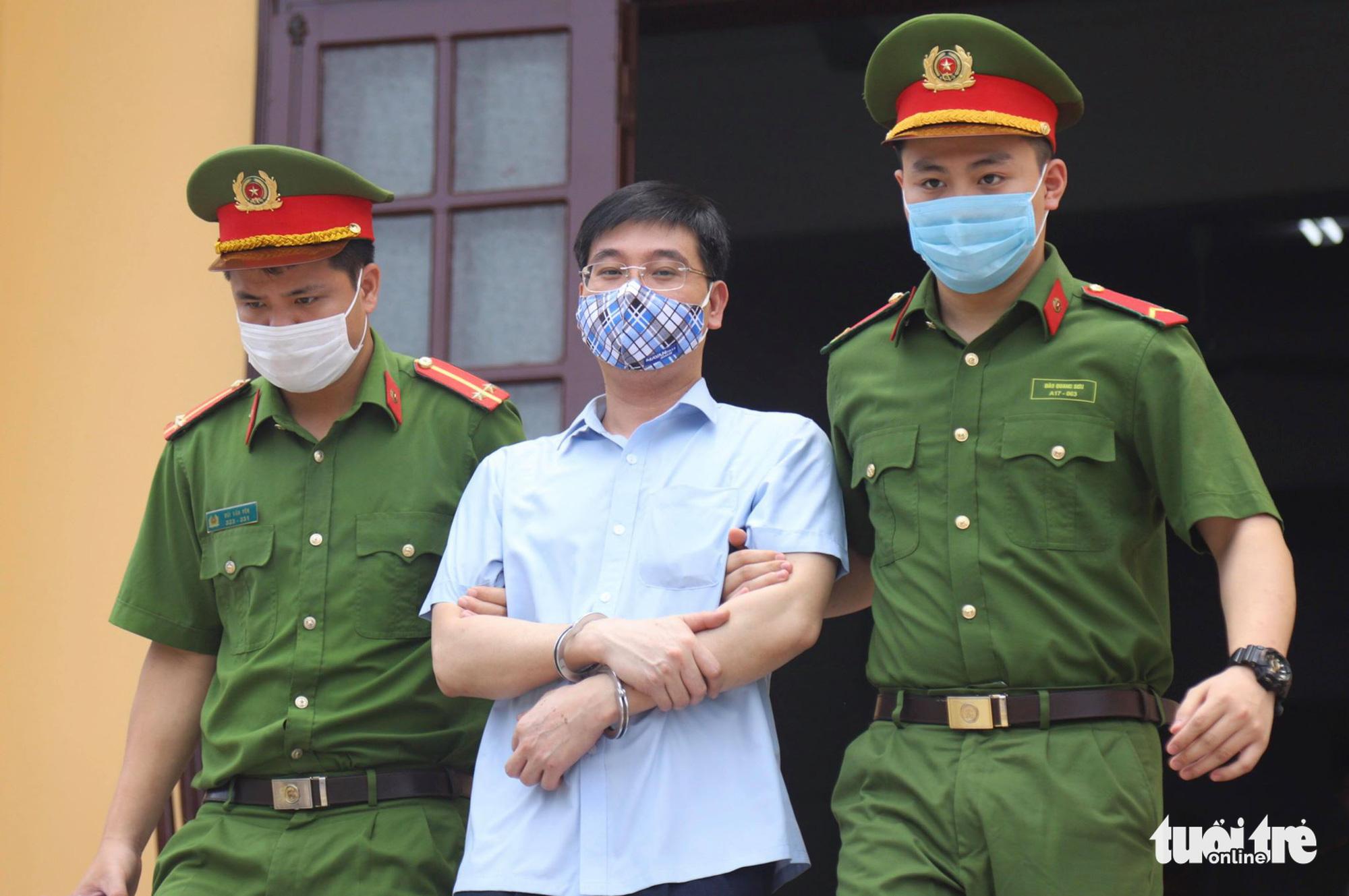Bị cáo Khương Ngọc Chất - cựu Trưởng phòng An ninh chính trị nội bộ Công an Hòa Bình, rời tòa. (Ảnh qua tuoitre)