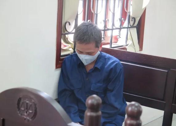 Bị cáo Nguyễn Tiến Dũng cúi gằm mặt trong suốt thời gian HĐXX vào làm việc. (Ảnh qua nld)