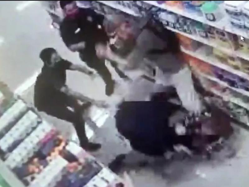 Một trong hai người tấn công một nhân viên bảo vệ và làm người này gãy tay. (Ảnh qua PLO)