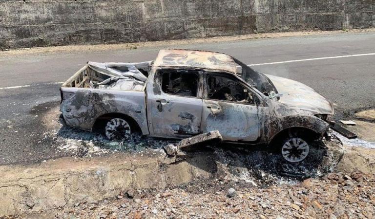 Chiếc xe bán tải cháy trên Quốc lộ 28. (Ảnh qua nld)