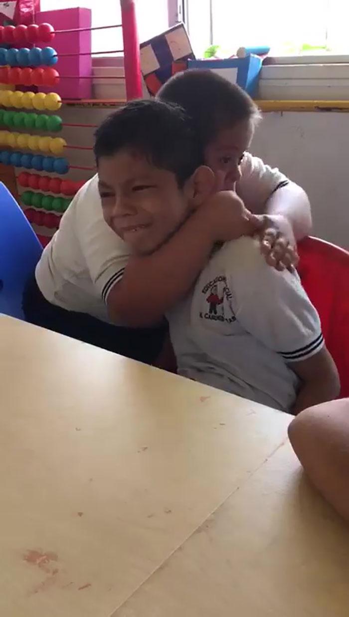Cậu bé bệnh Down đang trấn an người bạn của mình.