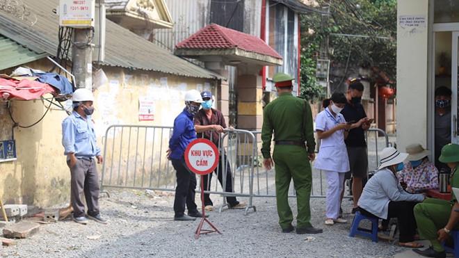 Lực lượng chức năng huyện Gia Lâm lập rào chắn cách ly 120 hộ dân tại thôn Kiêu Kỵ để đợi kết quả xét nghiệm. (Ảnh qua thanhnien)