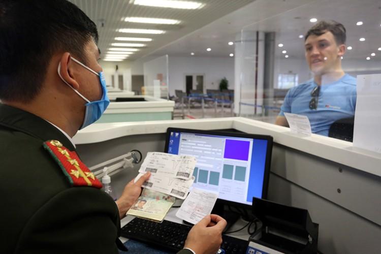 Du khách nước ngoài làm thủ tục xuất nhập cảnh tại sân bay Nội Bài hồi giữa tháng 3/2020. (Ảnh qua vnexpress)