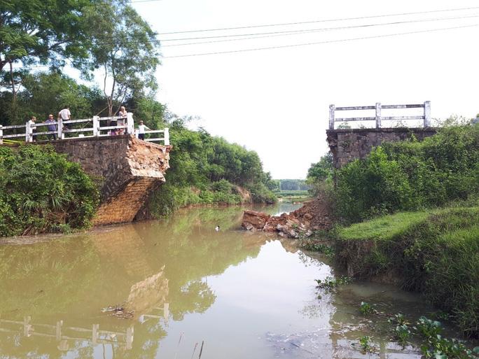 Cầu Kêng đổ sập trong đêm 6/5. (Ảnh qua nld)
