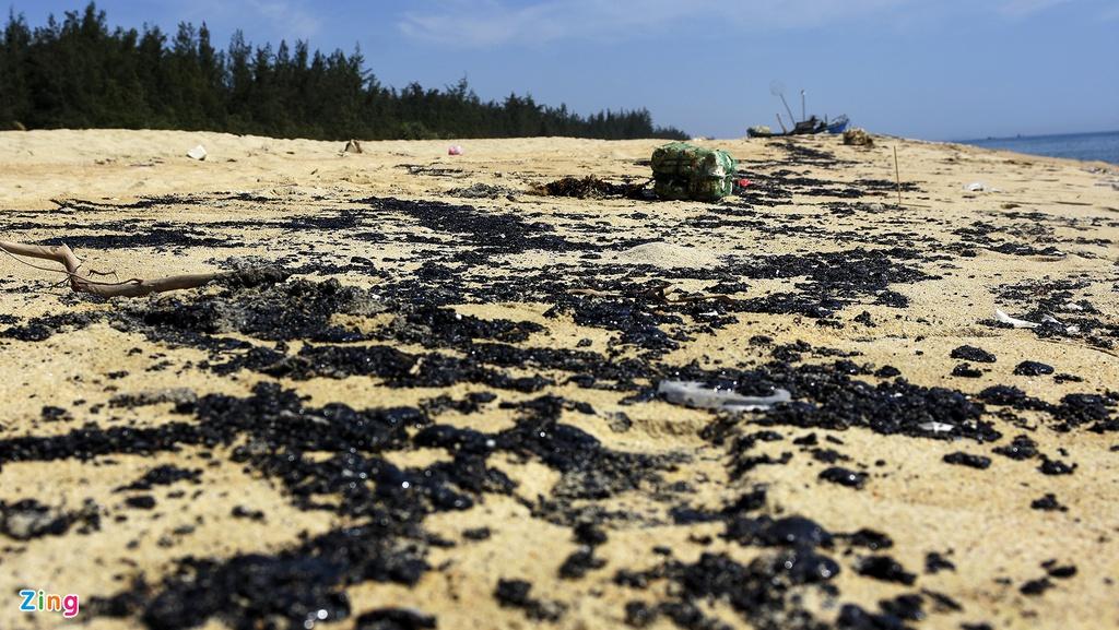 Hơn 2km bờ biển Quảng Ngãi có màu đen bất thường. (Ảnh qua Zing)