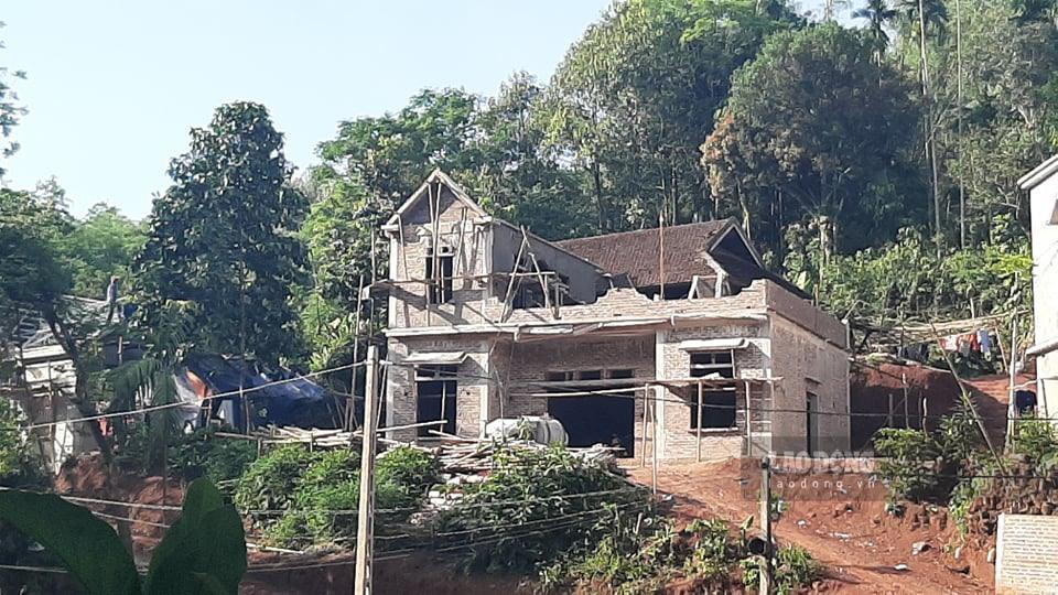 Gia đình đang xây nhà 2 tầng ở xóm Rậm, xã Tân Lập cũng nhận được hỗ trợ. (Ảnh qua congdoan0