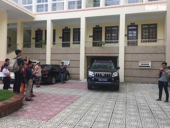 Cơ quan an ninh điều tra khám xét phòng làm việc của các bị can tại Sở GD&ĐT tỉnh Hòa Bình. (Ảnh qua tuoitre)