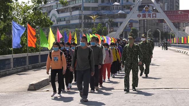 Đồn biên phòng cửa khẩu quốc tế Lào Cai tiếp nhận công dân nhập cảnh trái phép do phía Trung Quốc trao trả. (Ảnh qua thanhnien)