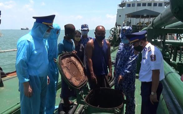 Cán bộ cảnh sát biển kiểm tra hàng hóa trên tàu Siam Varich. (Ảnh qua tuoitre)