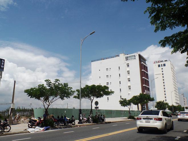 Dọc tường rào khu vực sân bay Nước Mặn (Q. Ngũ Hành Sơn, Đà Nẵng) có nhiều lô đất người Trung Quốc đứng tên. (Ảnh qua thanhnien)