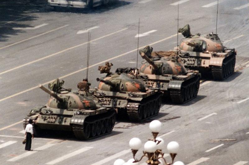 """Trong hình chụp nổi tiếng này, một người biểu tình đơn độc, """"Người biểu tình vô danh"""", đứng chặn một đoàn xe tăng tại Bắc Kinh trong hơn nửa giờ ngày 5/6/1989."""