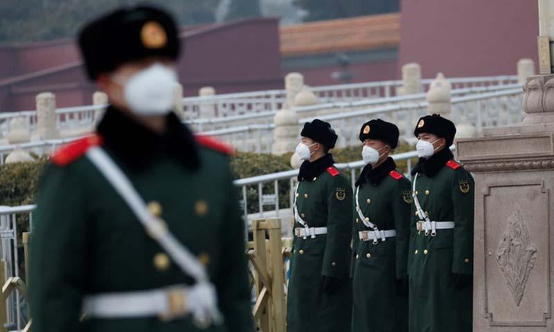 Cảnh sát Trung Quốc đeo khẩu trang đứng gác tại quảng trường Thiên An Môn ở thủ đô Bắc Kinh trong bối cảnh dịch bệnh do virus corona mới bùng phát ở nước này. Ảnh: Reuters.
