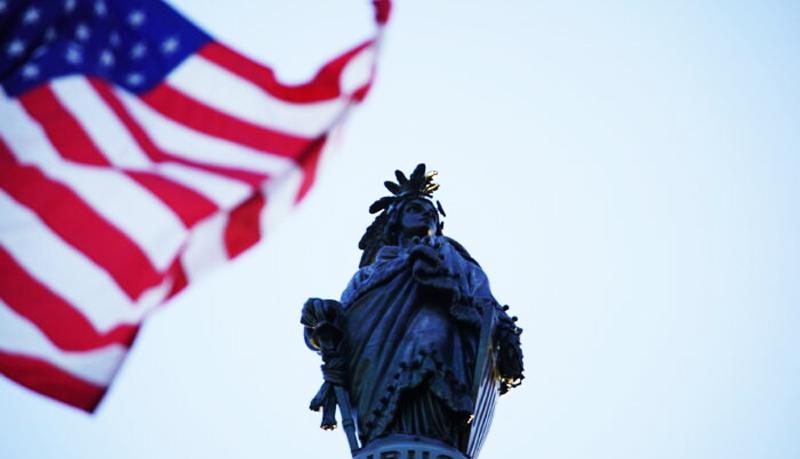 Quốc kỳ Mỹ được dâng cao để vinh danh Ngày Pháp Luân Đại Pháp thế giới trước tòa nhà Quốc hội ở Washington vào ngày 13/5/2020