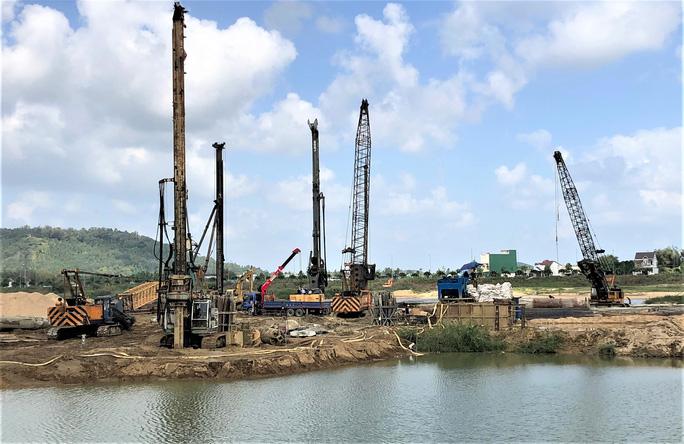 Các nhà thầu đang triển khai thi công dự án Đập dâng hạ lưu sông Trà Khúc. (Ảnh qua nld)