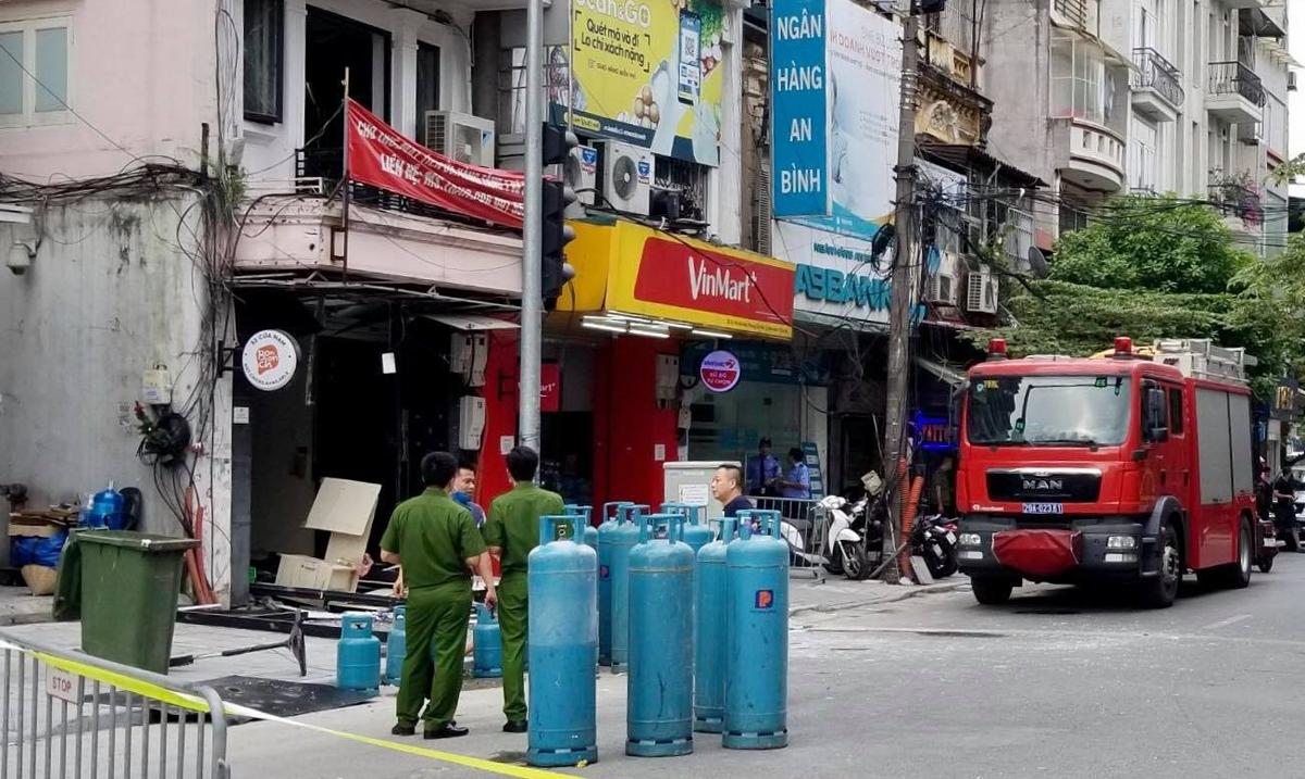 Cảnh sát phong toả hiện trường và đưa các bình gas từ trong nhà ra ngoài. (Ảnh qua vnexpress)