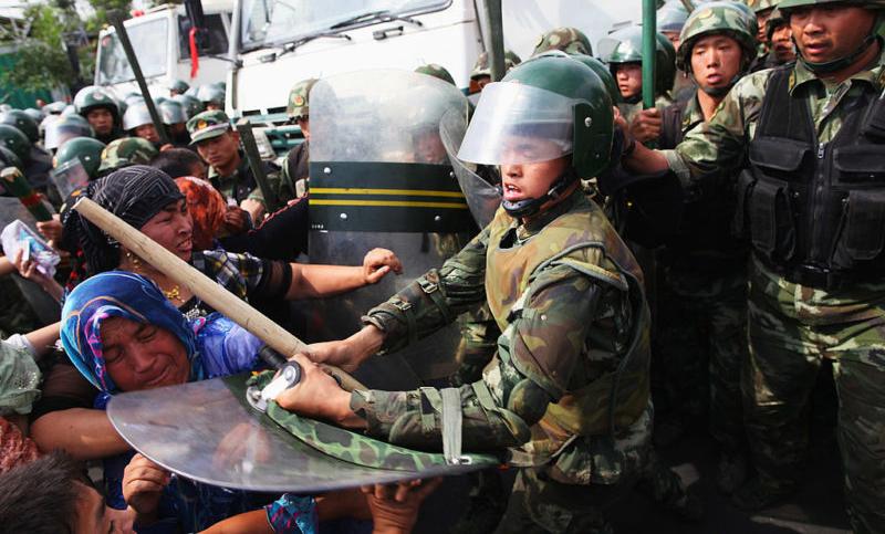 Cảnh sát Trung Quốc đàn áp người Duy Ngô Nhĩ.