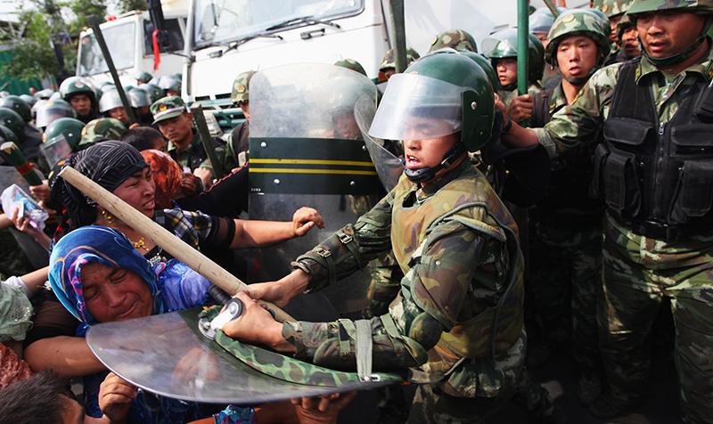 Phụ nữ Duy Ngô Nhĩ biểu tình trên đường phố Urumqi, thủ đô Tân Cương, Trung Quốc,