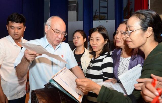 Đại biểu Quốc hội Phan Nguyễn Như Khuê nhận đơn của cử tri quận 2 trong một buổi tiếp xúc. (Ảnh qua tuoitre)