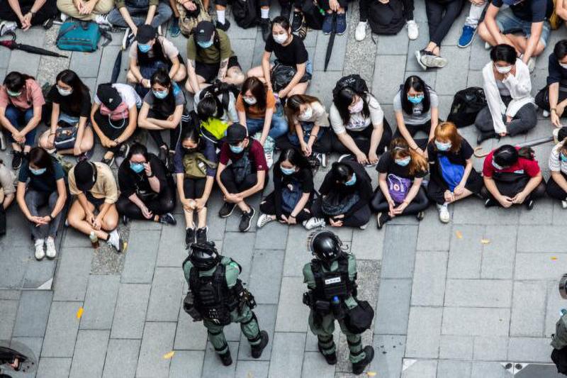 Cảnh sát chống bạo động bắt giữ một nhóm người trong cuộc biểu tình ở quận Causeway Bay, Hồng Kông vào ngày 27 tháng 5 năm 2020.