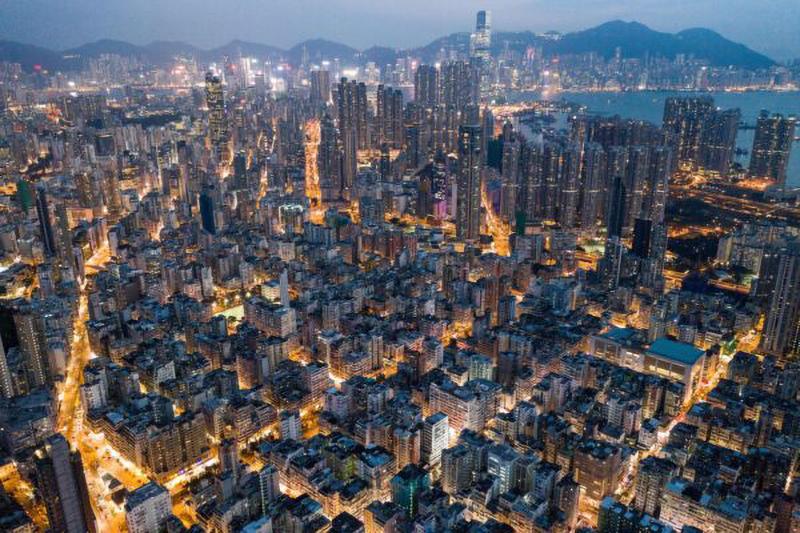 Các tòa nhà thương mại và dân cư ở Hồng Kông vào ban đêm.