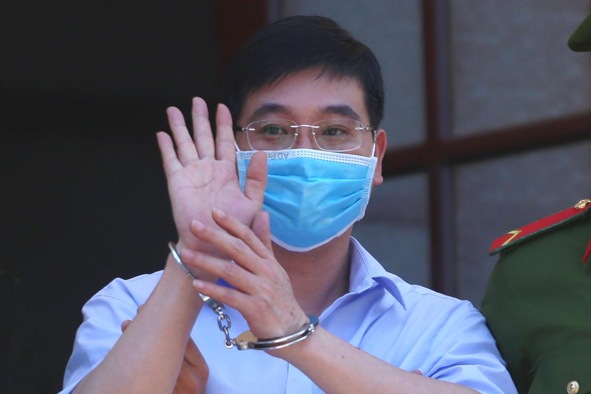 Bị cáo Khương Ngọc Chất vẫy tay chào người thân khi rời tòa ngày 14/5. (Ảnh qua vnexpress)