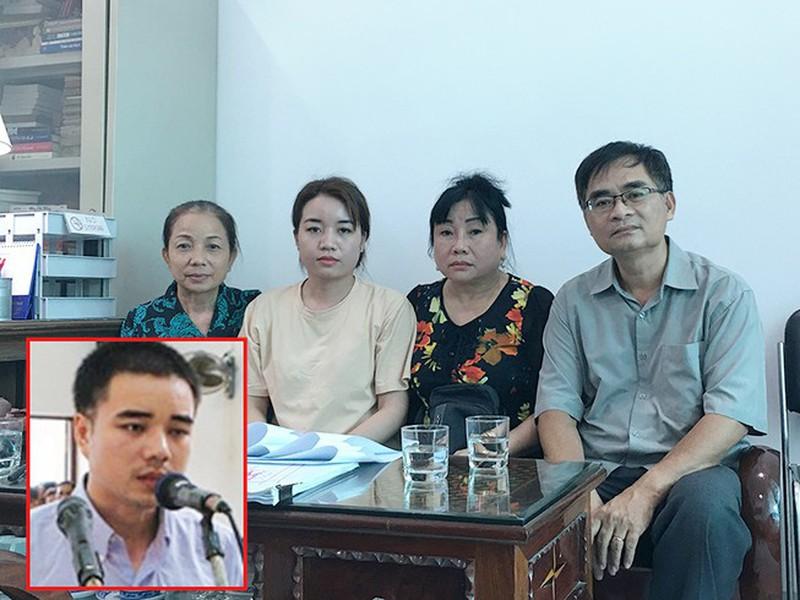 Luật sư Trần Hồng Phong (phải) và gia đình Hồ Duy Hải. (Ảnh qua 24h)