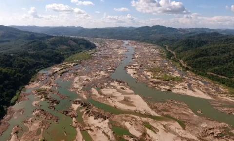 Hạn hán khiến một số đoạn ở hạ lưu sông Mê Kông trơ cát. (Ảnh qua ntdvn)