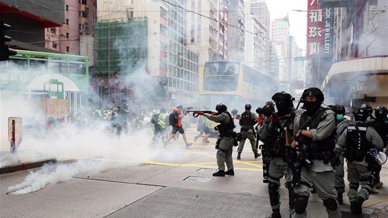 Cảnh sát Hồng Kông bắn đạn hơi cay vào đoàn người biểu tình phản đối dự luật an ninh quốc gia.