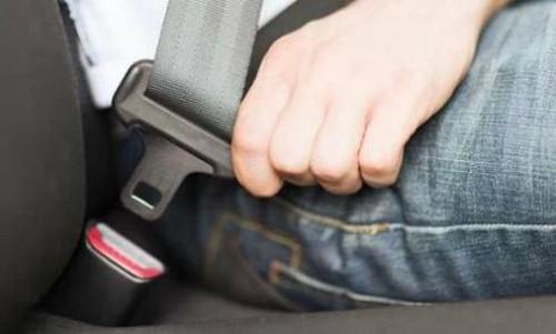 Khách ngồi sau không thắt dây an toàn, tài xế taxi bị phạt đến 01 triệu đồng. (Ảnh qua luatvietnam)