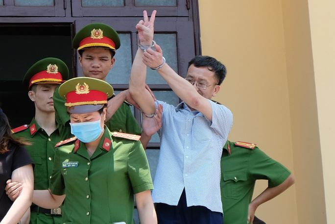 Suốt quá trình xét xử Nguyễn Quang Vinh không nhận tội và luôn rời tòa với nhiều cử chỉ lạ. (Ảnh qua nld)