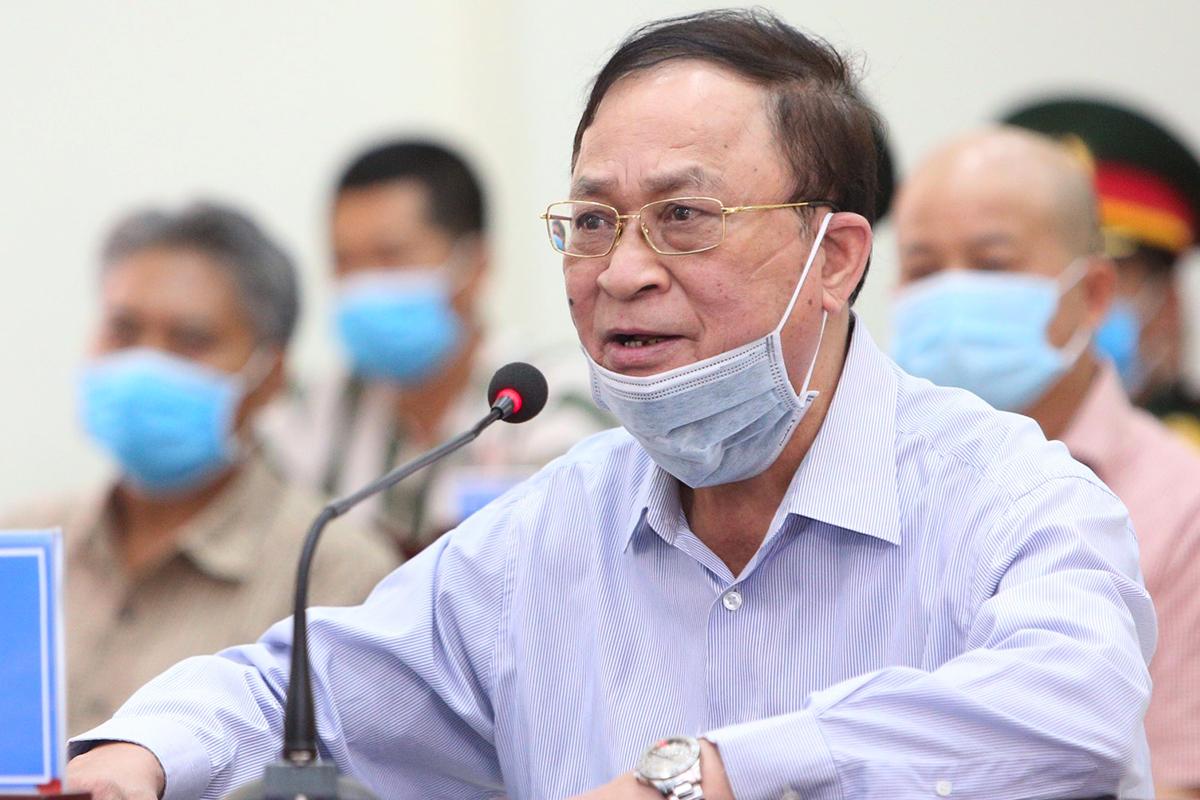Đô đốc Nguyễn Văn Hiến ngồi trình bày trong phiên tòa sáng 18/5. (Ảnh qua vnexpress)