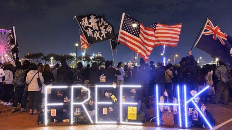 Người biểu tình giương cờ quốc gia Hoa Kỳ tại Địa điểm Edinburgh ở Hồng Kông, vào ngày 1/12/2019.