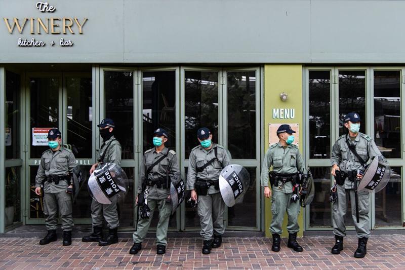 Cảnh sát chống bạo động đứng gần một nhóm người biểu tình ủng hộ dân chủ ở Hồng Kông vào ngày 22/5/2020.