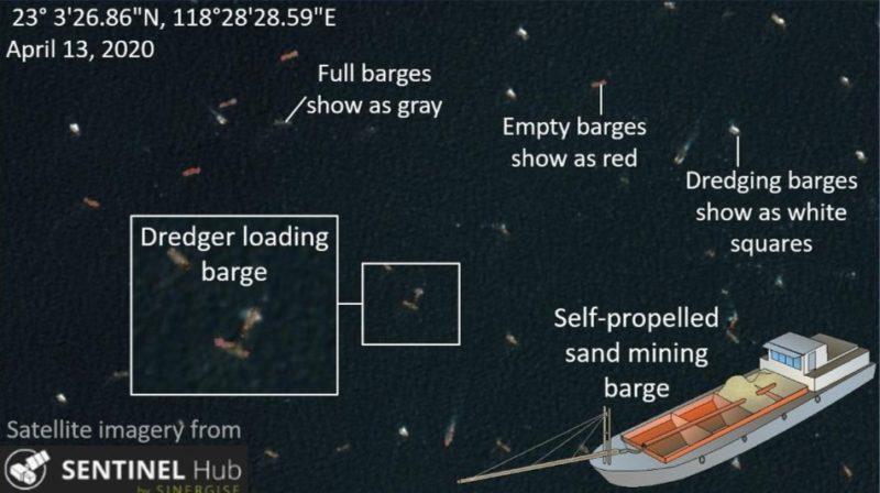 Hình ảnh vệ tinh chụp ngày 13/4 cho thấy hoạt động của đội tàu nạo vét Trung Quốc. Các tàu với khoang cát còn trống màu đỏ, tàu đang nạo vét sẽ có quầng trắng xung quanh và tàu đã đầy cát có màu xám. (Ảnh qua tuoitre
