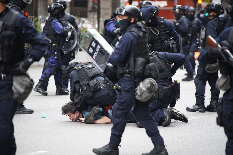 Cảnh sát bắt giữ người biểu tình tại Wanchai, Hong Kong ngày Chủ nhật 24/5/2020,