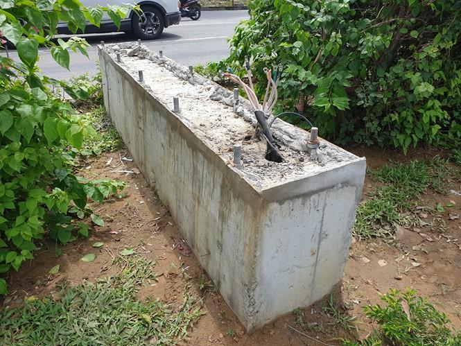Phần đế của cột đèn trang trí trên đường Lê Nin. (Ảnh qua tienphong)