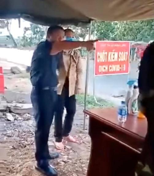 Ông Lưu Văn Thanh không chấp hành việc kiểm tra thân nhiệt và phản ứng gay gắt tại chốt kiểm soát dịch. (Ảnh cắt từ video)