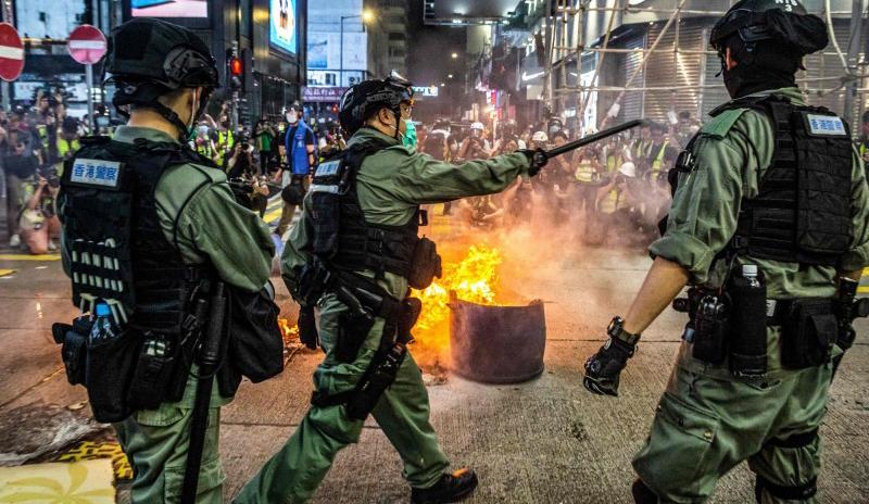 Cảnh sát chống bạo động trấn áp đoàn người biểu tình tại khu Vượng Giác tối 27/5.