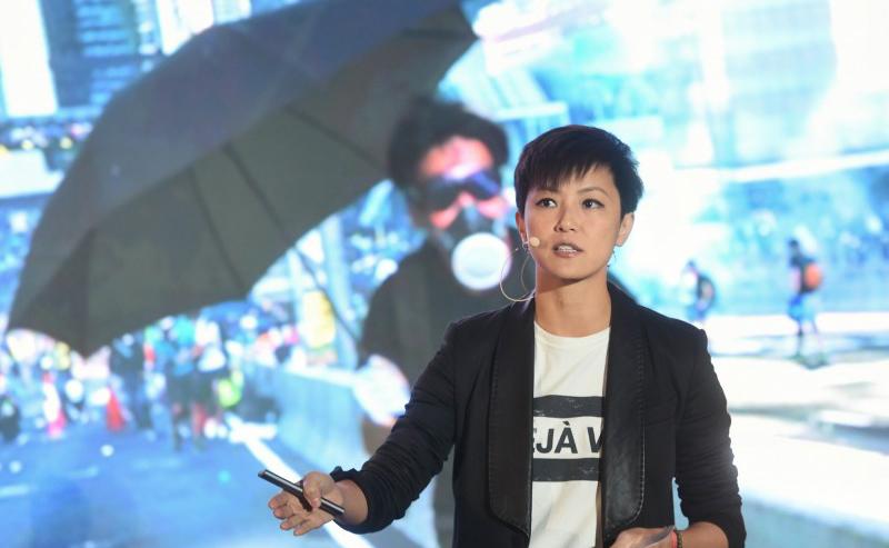 Ca sĩ Hồng Kông Hà Vận Thi đã có bài phát biểu tại Diễn đàn miễn phí Đài Loan năm 2019 được tổ chức tại Đài Bắc.
